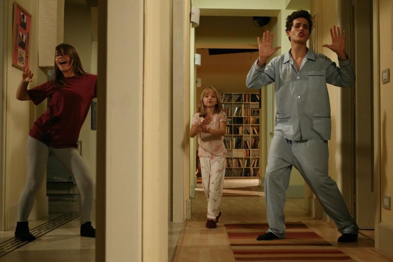 Nicole Murgia, Laura Calgani e Marco Brenno nell'episodio Si è spento il sole di Tutti pazzi per amore