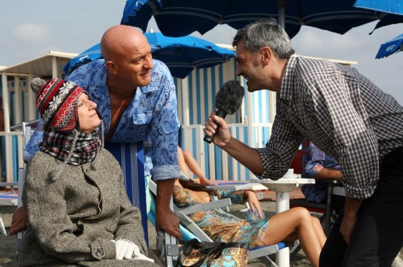 Angela Finocchiaro, Claudio Bisio e Antonio Friello in una scena dell'episodio 'La fine del mondo' del film i mostri oggi
