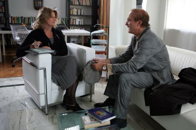 Angela Finocchiaro e Claudio Bisio in una sequenza dell'episodio 'Terapia d'urto' del film I mostri oggi