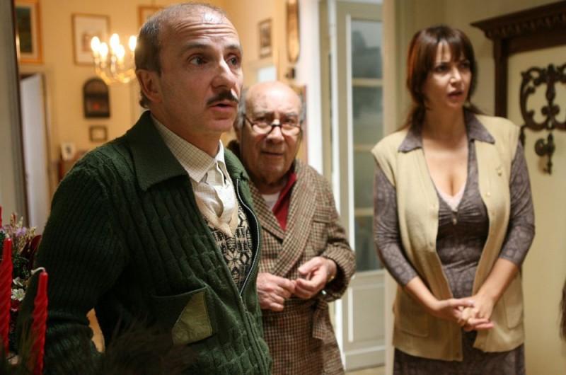 Carlo Buccirosso, Enzo Cannavale e Rosalia Porcaro in una scena dell'episodio 'La testa a posto' del film I mostri oggi