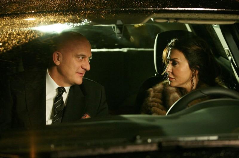 Claudio Bisio e Sabrina Ferilli in una scena dell'episodio 'Il malconcio' del film I mostri oggi