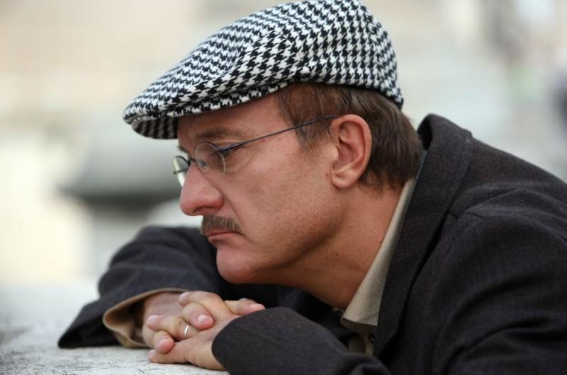 Claudio Bisio in un'immagine dell'episodio 'Terapia d'urto' del film I mostri oggi