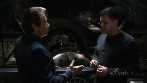 Edward James Olmos e Aaron Douglas in una scena dell'episodio No Exit di Battlestar Galactica