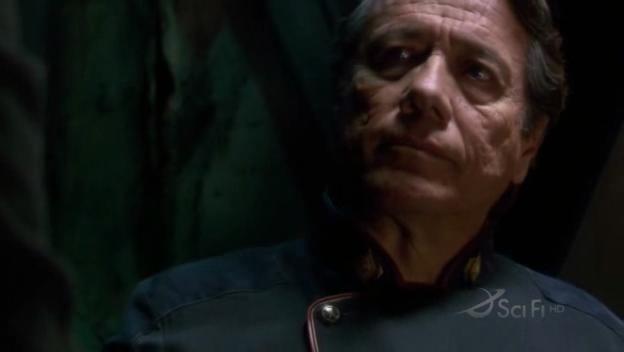 Edward James Olmos in una scena dell'episodio No Exit di Battlestar Galactica