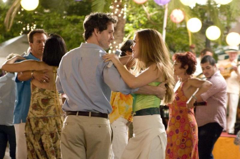 Hugh Dancy e Isla Fisher in una scena del film I Love Shopping