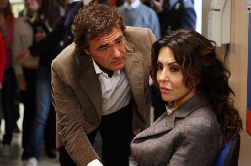 Massimo Giletti e Sabrina Ferilli in un'immagine dell'episodio 'Cuore di mamma' del film I mostri oggi