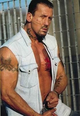 Muscoli in vista e tatuaggi per Gualberto Parmeggiani