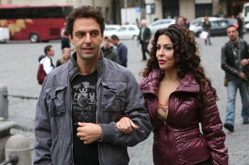 Neri Marcorè e Sabrina Ferilli in un'immagine dell'episodio 'Euro più euro meno' del film I mostri oggi