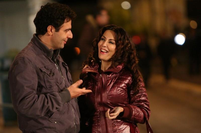 Neri Marcorè e Sabrina Ferilli in una sequenza dell'episodio 'Euro più euro meno' del film I mostri oggi