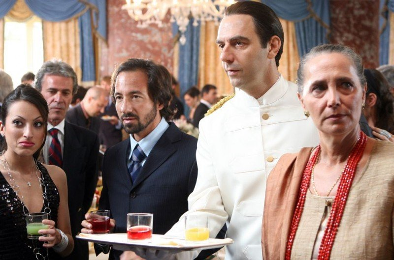 Neri Marcorè in un'immagine dell'episodio 'Euro più euro meno' del film I mostri oggi