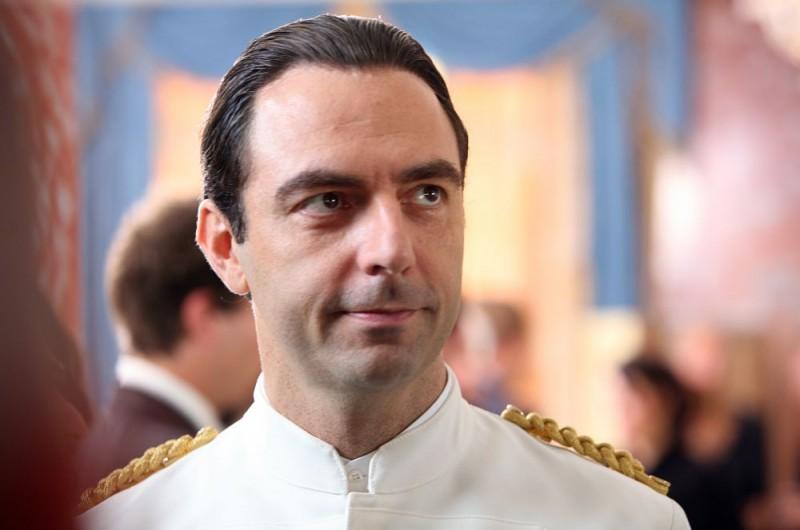 Neri Marcorè in una scena dell'episodio 'Euro più euro meno' del film I mostri oggi