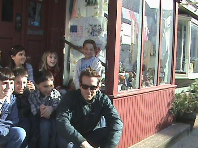 Ryan Reynolds con Salvatore Santone e altri bambini sul set di Ricatto d'amore (The Proposal, 2009)