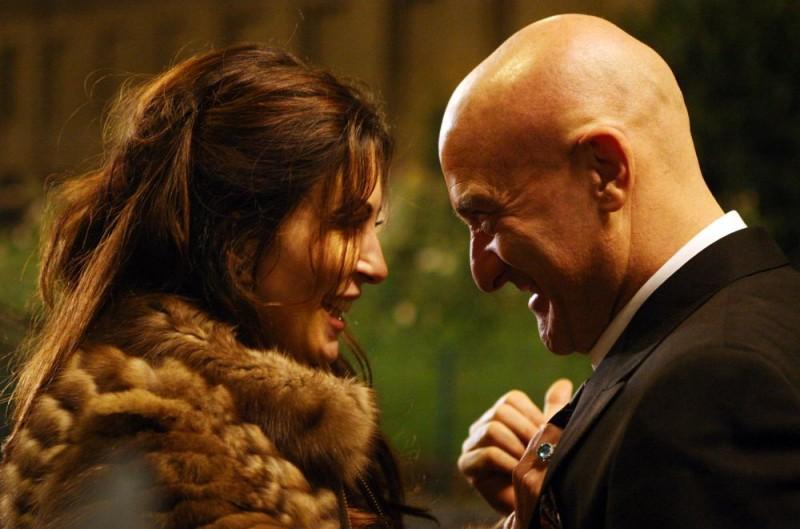Sabrina Ferilli e Claudio Bisio in una romantica immagine dell'episodio 'Il malconcio' del film I mostri oggi