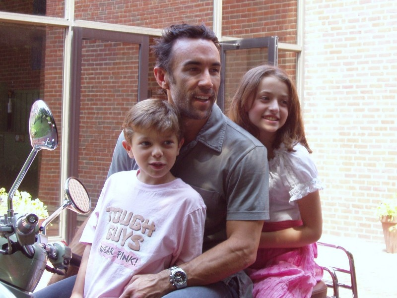 Sul set di Quattro padri single: Francesco Quinn con i due piccoli protagonisti del film