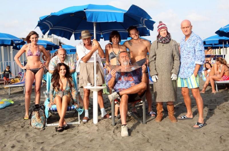 Una foto di gruppo dei protagonisti della commedia a episodi I mostri oggi