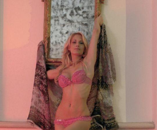 Una foto sexy di Laura Drzewicka, la Barbie del GF9 in lingerie rossa