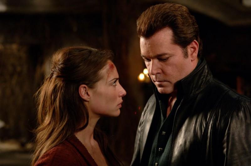 Claire Forlani e Ray Liotta in un'immagine del film In the Name of the King