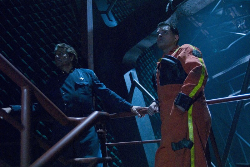 Edward James Olmos e Aaron Douglas nell'episodio No Exit di Battlestar Galactica