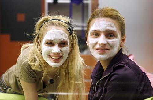 Grande Fratello 9: Laura e Annachiara con la crema sul viso