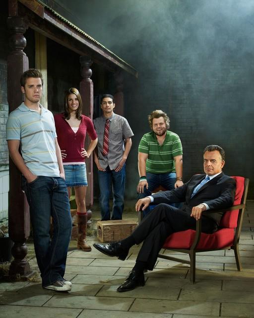 Il cast di Reaper in una immagine promozionale della seconda stagione della serie