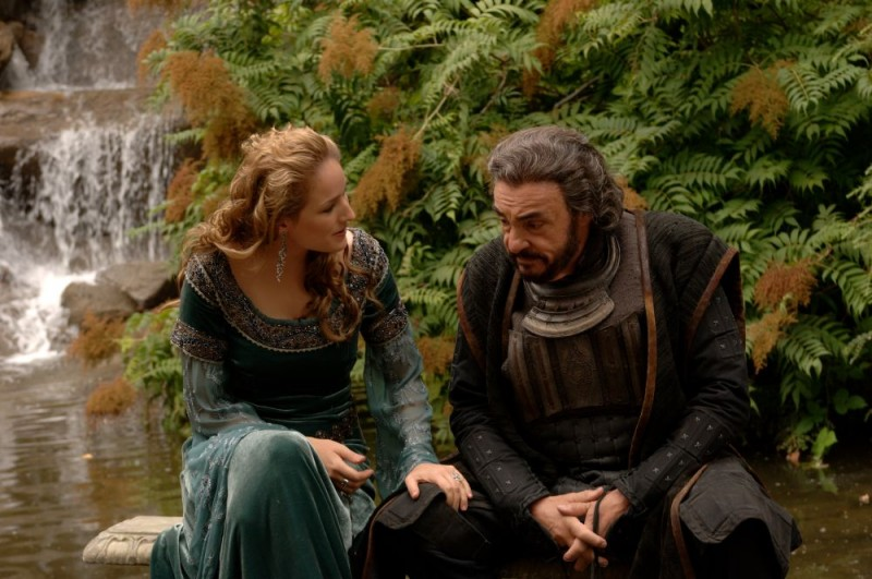 Leelee Sobieski e John Rhys-Davies in un'immagine di In the Name of the King