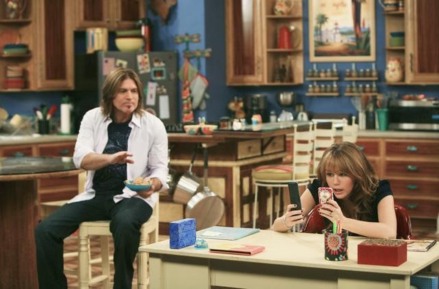 Miley Cyrus e Billy Ray Cyrus in una scena dell'episodio You Gotta Lose This Job di Hannah Montana