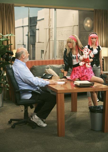 Miley Cyrus e Rob Reiner in una scena dell'episodio You Gotta Lose This Job di Hannah Montana