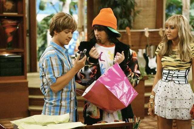 Miley Cyrus; Mitchel Musso e Jason Earles in una scena dell'episodio Would I Lie to You, Lilly? di Hannah Montana