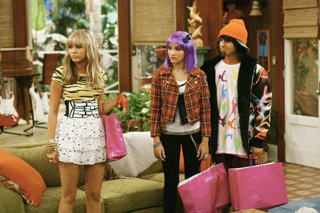 Miley Cyrus; Mitchel Musso ed Emily Osment in una scena dell'episodio Would I Lie to You, Lilly? di Hannah Montana