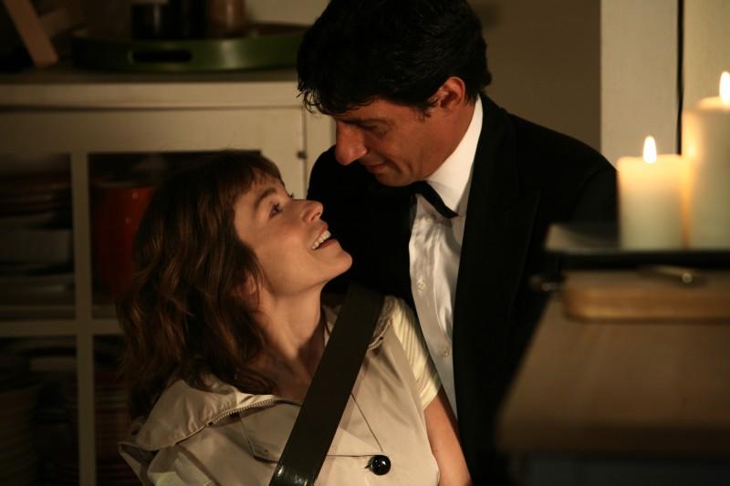 Stefania Rocca ed Emilio Solfrizzi in una scena dell'episodio Ti sposerò perchè di Tutti pazzi per amore