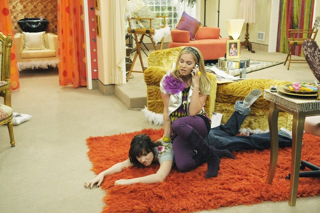 Tiffany Thornton e Demi Lovato in una scena dell'episodio You've Got Fan Mail di Sonny with a Chance