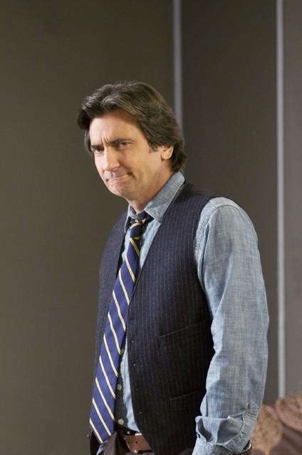 Griffin Dunne in una scena dell'episodio Way Beyond the Call di Trust Me