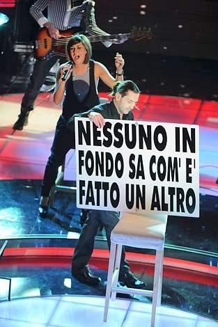 Sanremo 2009, prima serata: Povia alla fine della dell'esecuzione di Luca era gay.