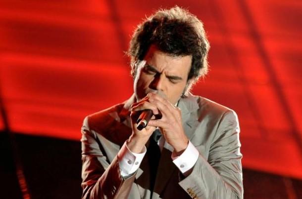 Sanremo 2009, prima serata: una foto di Francesco Renga durante la sua performance
