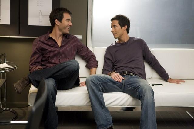 Thomas Cavanagh e Eric McCormack in un momento dell'episodio But Wait, There's More di Trust Me