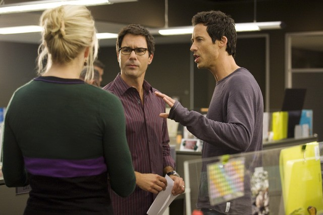Thomas Cavanagh, Eric McCormack e Monica Potter in un momento dell'episodio But Wait, There's More di Trust Me
