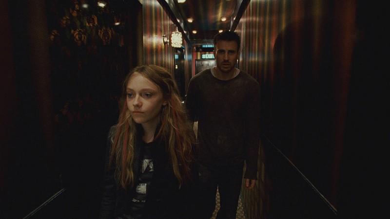 Dakota Fanning e Chris Evans in una sequenza del film Push