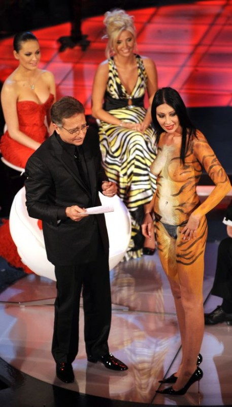 Una foto di Paolo Bonolis e Laura Perego mentre la pornostar fa irruzione sul palcoscenico del teatro Ariston, durante il Festival di Sanremo 2009