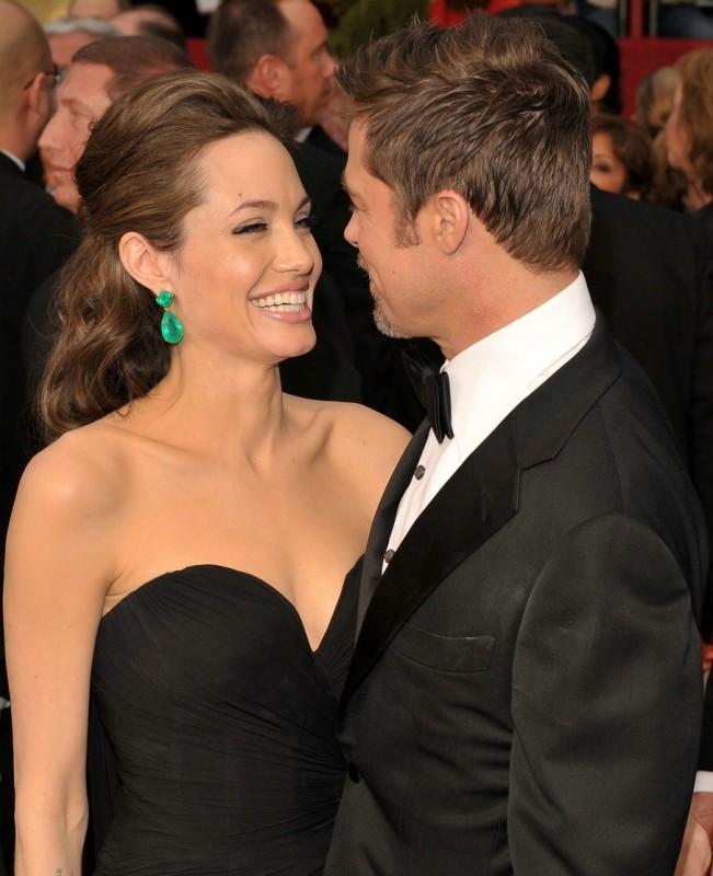 Brad Pitt e Angelina Jolie si sorridono sul tappeto rosso degli Oscar 2009