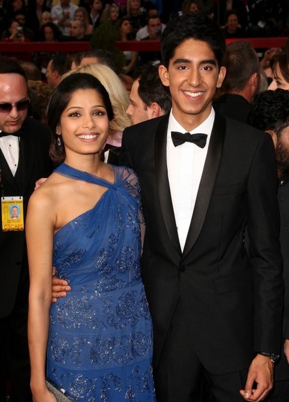 Dev Patel insieme a Freida Pinto sul tappeto rosso degli Oscar 2009
