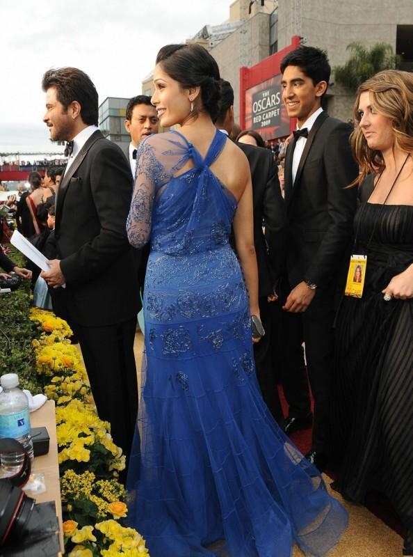 Freida Pinto sfila sul tappeto rosso degli Oscar 2009