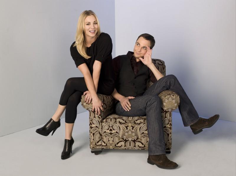 Jim Parsons e Kaley Cuoco in una foto promozionale di The Big Bang Theory