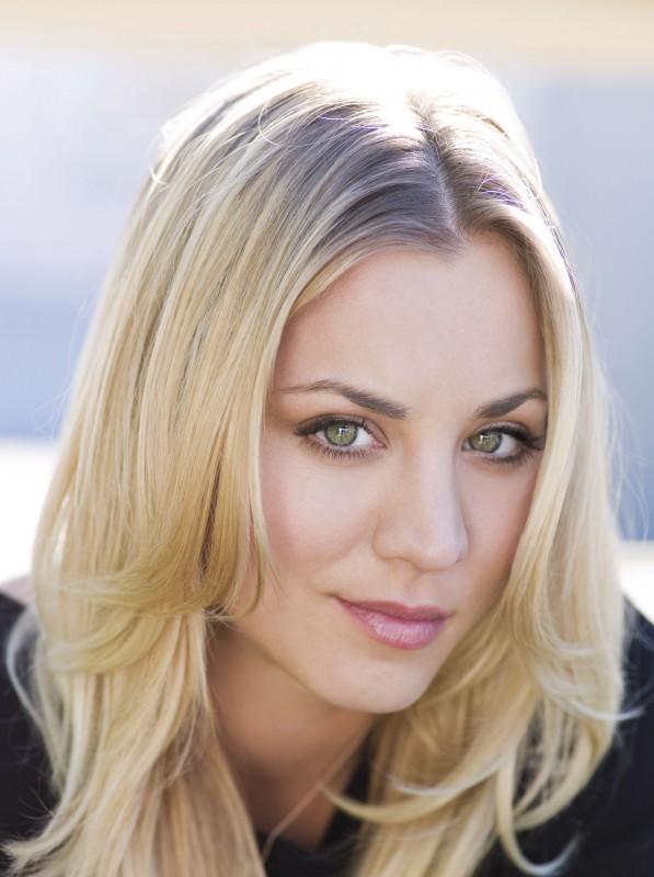 Kaley Cuoco in una foto promozionale di The Big Bang Theory