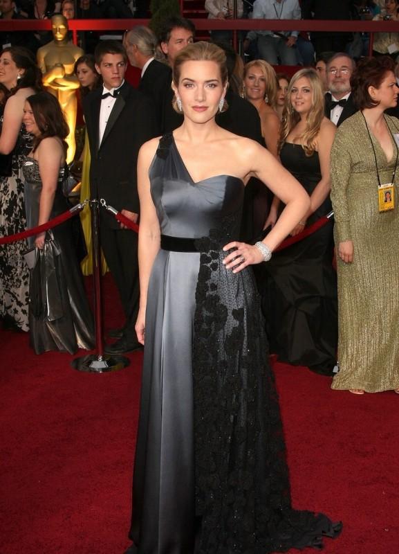 Kate Winslet sfila sul tappeto rosso degli Oscar 2009