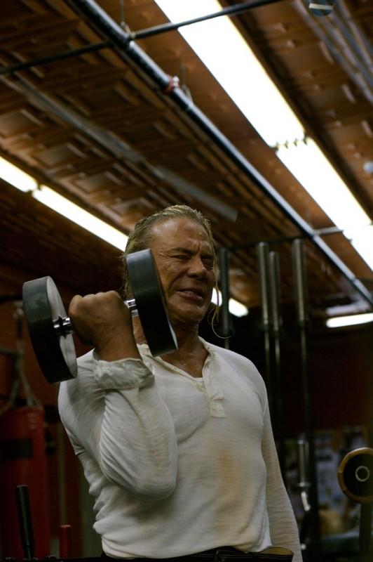 Mickey Rourke è Randy 'The Ram' Robinson nel film The Wrestler