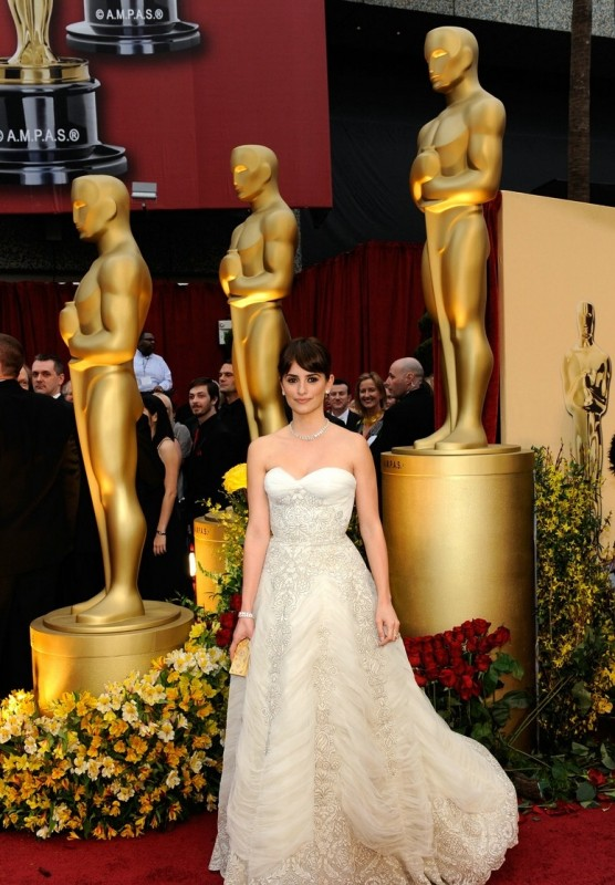 Penelope Cruz sfila sul tappeto rosso degli Oscar 2009
