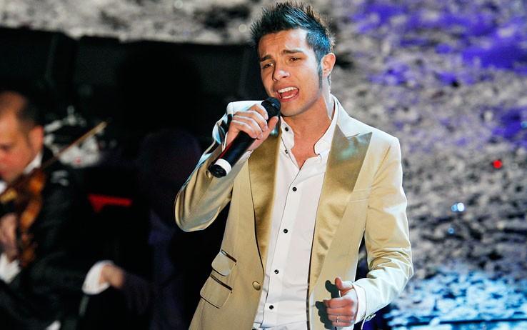 Sanremo 2009: Marco Carta canta la canzone 'La forza mia' dopo la proclamazione della sua vittoria