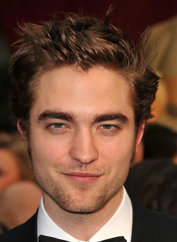 Un primo piano di Robert Pattinson sul tappeto rosso degli Oscar 2009