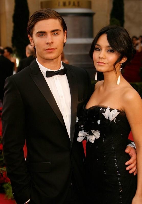 Vanessa Hudgens posa con Zac Efron sul tappeto rosso degli Oscar 2009