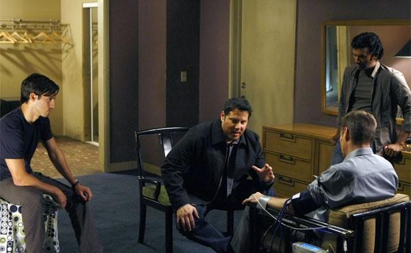 Greg Grunberg, Sendhil Ramamurthy, Jack Coleman e Milo Ventimiglia in una scena di Cold Wars della terza stagione di Heroes